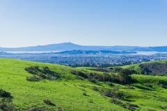 往里士满的看法从不可靠的峡谷地方公园,东部旧金山湾,康特拉科斯塔县的马林县 免版税库存图片