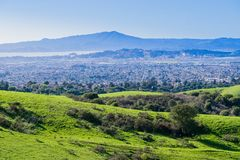 往里士满的看法从不可靠的峡谷地方公园,东部旧金山湾,康特拉科斯塔县的马林县 库存照片