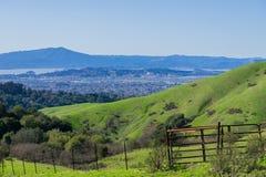 往里士满的看法从不可靠的峡谷地方公园,东部旧金山湾,康特拉科斯塔县的马林县 免版税库存照片