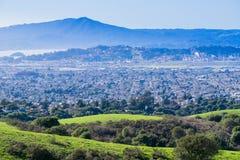往里士满的看法从不可靠的峡谷地方公园,东部旧金山湾,康特拉科斯塔县的马林县 库存图片