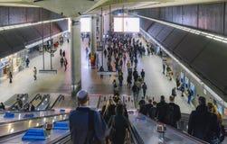 往金丝雀码头地铁站的自动扶梯与通勤者在高峰时间在伦敦,英国,英国 40百万 库存照片