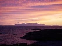 往阿伦岛苏格兰的日落 库存图片