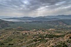 往Chryso的看法和在特尔斐附近的科林斯湾海湾在希腊 库存图片