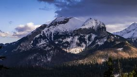 往Havran峰顶的看法在Tatra山在斯洛伐克-时间间隔录影50fps 影视素材