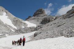 去往Jezerce,阿尔巴尼亚的远足者 免版税库存照片
