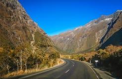 往Milford Sound的壮观的路 库存图片