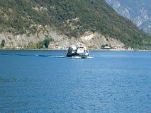 往Monteisola的一个轮渡航行在湖Iseo 03 图库摄影