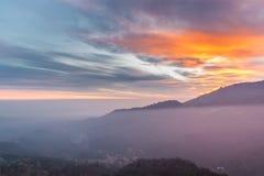 往Sacro Monte,瓦雷泽和Po谷在日落,意大利的看法 免版税库存照片
