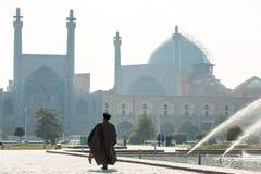 往Shah清真寺的未认出的毛拉步行在伊斯法罕 免版税库存图片