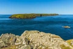 往Skomer海岛,从大陆的威尔士的一个看法 库存图片