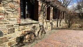 待命在晴朗,春日的金属自行车模型 免版税库存照片