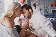 很伟大一起是!美好的年轻夫妇饮用的champag 库存照片
