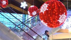 很多买家和传统圣诞节装饰在购物中心 影视素材
