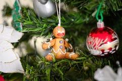 很多事在圣诞树垂悬:圣诞老人、响铃和球,姜饼人和棒棒糖,雪人 免版税库存图片