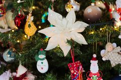 很多事在圣诞树垂悬:圣诞老人、响铃和球,姜饼人和棒棒糖,雪人 免版税图库摄影