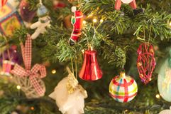 很多事在圣诞树垂悬:圣诞老人、响铃和球,姜饼人和棒棒糖,雪人 图库摄影