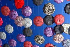 很多五颜六色的伞 免版税库存图片