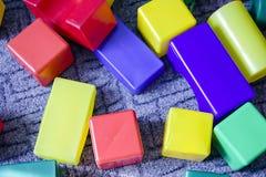 很多五颜六色的泡沫立方体 免版税库存照片