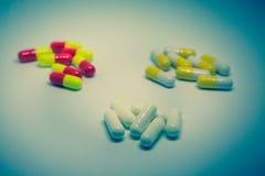 很多五颜六色的疗程和药片 图库摄影