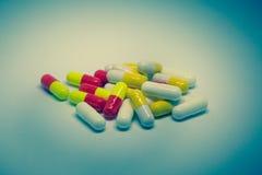 很多五颜六色的疗程和药片 免版税图库摄影