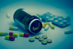 很多五颜六色的疗程和药片 库存图片