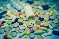 很多五颜六色的疗程和药片 免版税库存照片