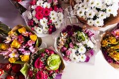 很多五颜六色的花花束,卖花人事务 免版税图库摄影