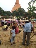 很多人在Songkran节日修造沙子城堡在泰国 库存照片