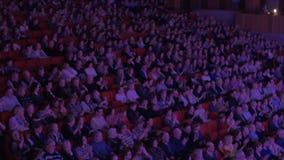 很多人民在电影院鼓掌 股票录像