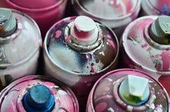 很多使用的喷壶油漆特写镜头 画的街道画的肮脏和被抹上的罐头 详尽和粗心大意的d的概念 库存图片