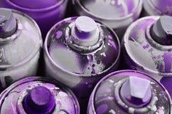 很多使用的喷壶油漆特写镜头 画的街道画的肮脏和被抹上的罐头 详尽和粗心大意的d的概念 免版税库存照片