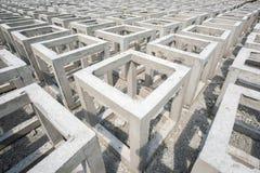 很多具体方形的形状 低具体质量预铸的箱子 免版税库存照片