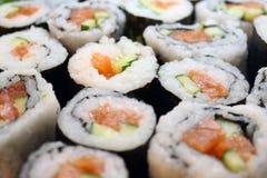很多卷用红色鱼子酱 免版税库存图片