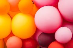 很多多彩多姿的气球,橙色和桃红色,自豪感节日 免版税库存照片