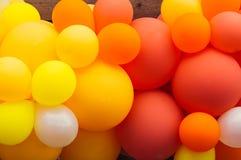 很多多彩多姿的气球,橙色和红色,自豪感节日 免版税库存图片