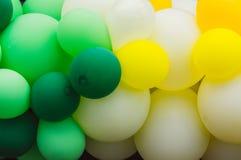 很多多彩多姿的气球,绿色和白色,自豪感节日 库存照片