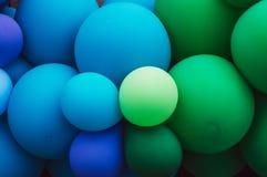 很多多彩多姿的气球,绿色和蓝色,自豪感节日 免版税库存图片