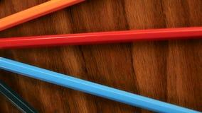 很多多彩多姿的铅笔在圈子旋转在黑木背景 概念办公室或学校,知识天,第一 影视素材