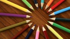 很多多彩多姿的铅笔在圈子旋转在黑木背景 概念办公室或学校,知识天,第一 股票视频