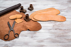 很多工作工具和皮革鞋匠的 皮革工艺 复制空间 库存照片