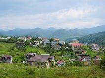 很多房子在一个山区 免版税库存照片