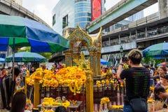 很多旅客祈祷在四面佛 免版税库存照片