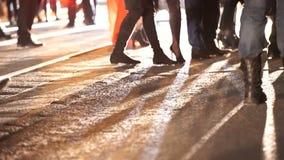 很多时髦客人在路的美丽的昂贵的鞋类走 影视素材