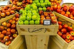很多果子货架显示  免版税库存照片