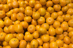 很多桔子在市场上 库存照片