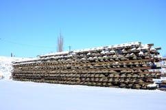 很多老路轨和睡眠者在一个铁路仓库里被堆积在冬天 更新一条破旧铁路轨道的概念 库存图片