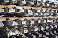 很多老路轨和睡眠者在一个铁路仓库里被堆积在冬天 更新一条破旧铁路轨道的概念 免版税库存图片