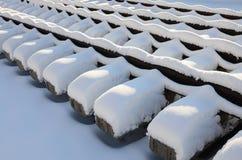 很多老路轨和睡眠者在一个铁路仓库里被堆积在冬天 更新一条破旧铁路轨道的概念 免版税库存照片