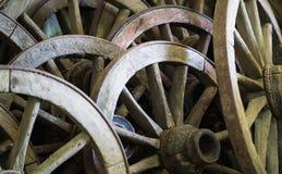 很多老车轮 免版税库存图片