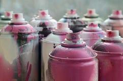 很多肮脏和使用的湿剂罐头明亮的桃红色油漆 与浅景深的宏观照片 在s的选择聚焦 免版税库存图片